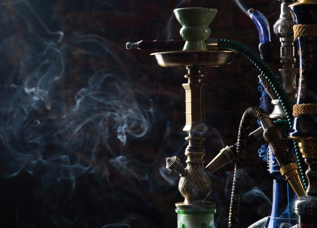 Курение ароматного кальяна