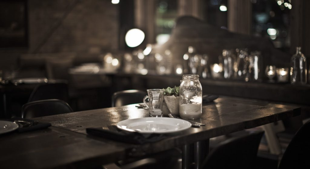 Пыль и грязь на столиках в ресторане